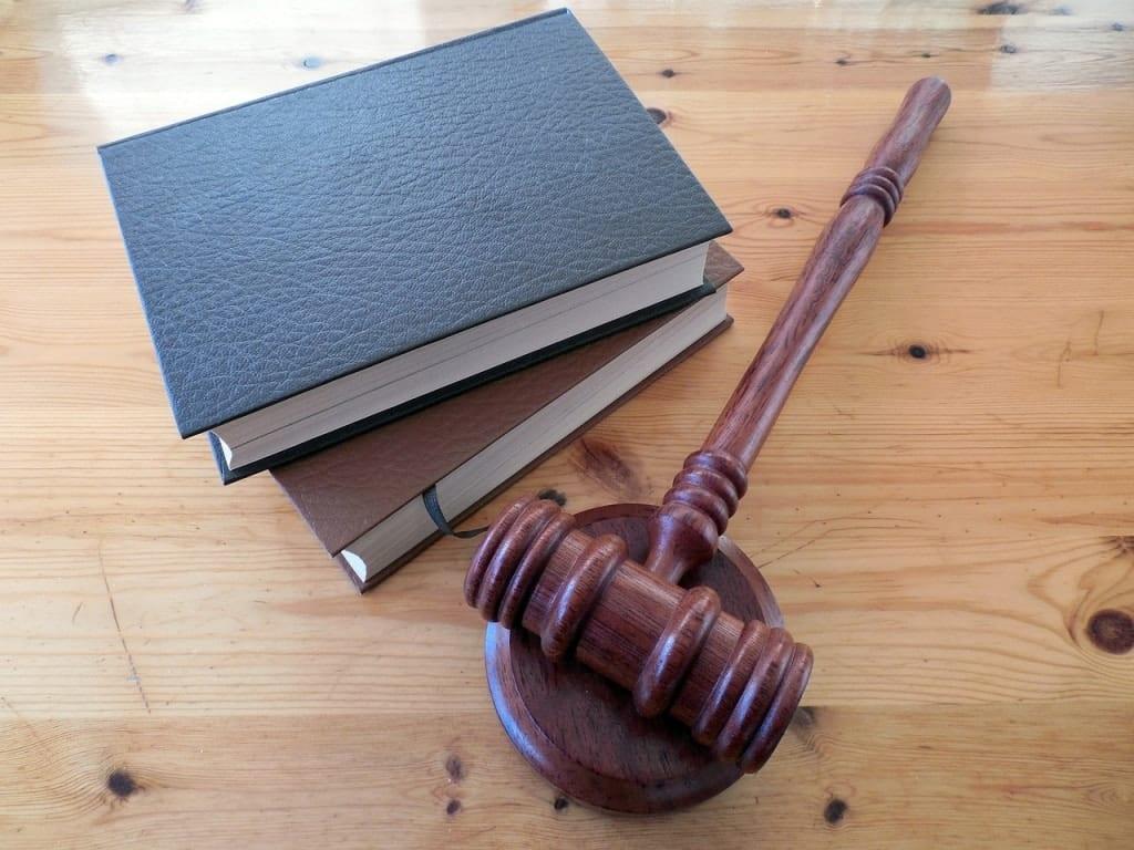 testi di legge e martelletto